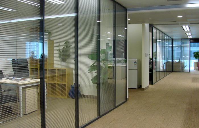 玻璃活动隔断在办公室里的应用