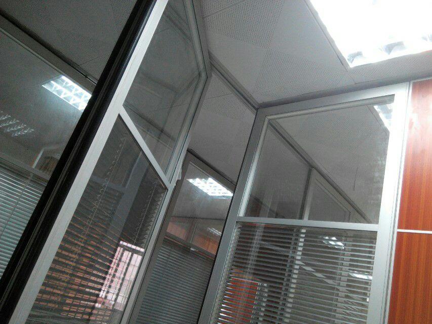 办公室玻璃隔断墙对工作效率的提高